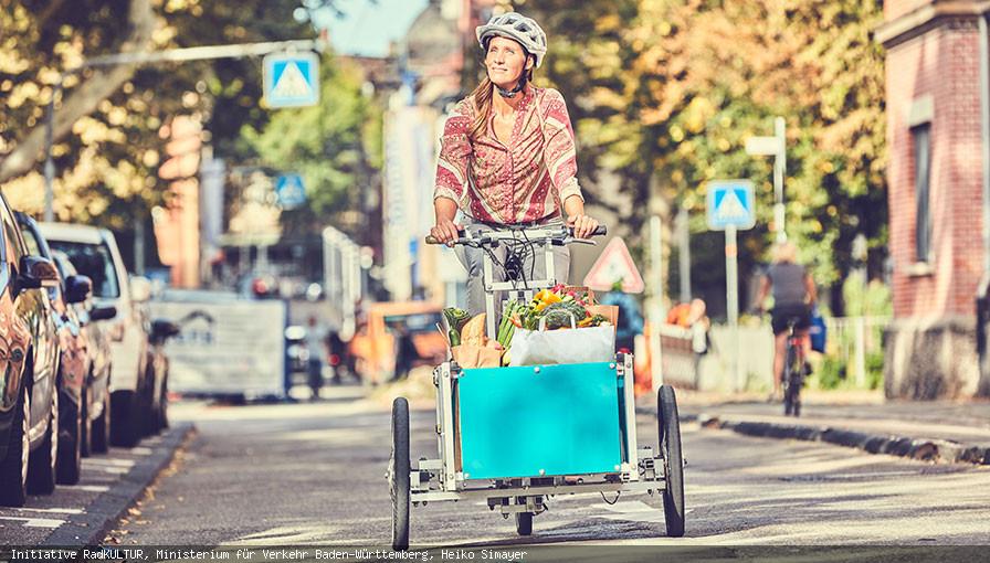 Frau mit Einkäufen auf einem Fahrrad