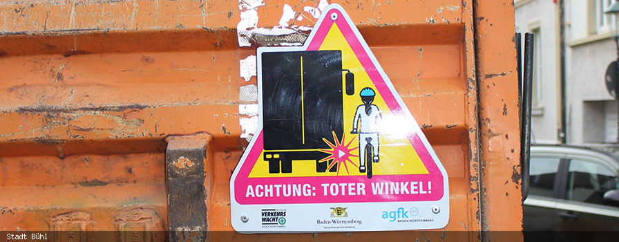 """LKW mit """"Toter-Winkel""""-Aufkleber"""