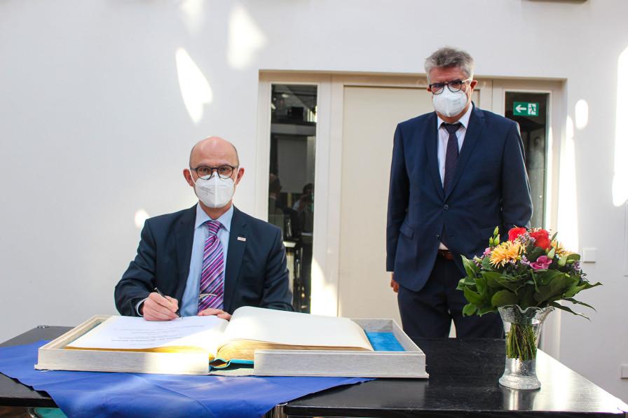 Dr. Bernhard Straub wurde vor seinem Wechsel in die Geschäftsführung der Robert Bosch Stiftung die Ehre zuteil, sich in das Goldene Buch einzutragen.
