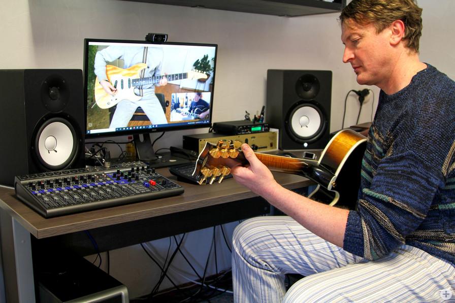 Wlad Larkin hat seinen Schülern bereits während des Corona-Lockdowns digitalen Gitarrenunter-richt angeboten.