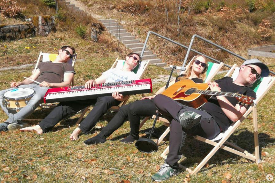 """Die Musiker von """"IvSoul"""" haben ihre Klappstühle schon ausgepackt. Foto: IvSoul"""