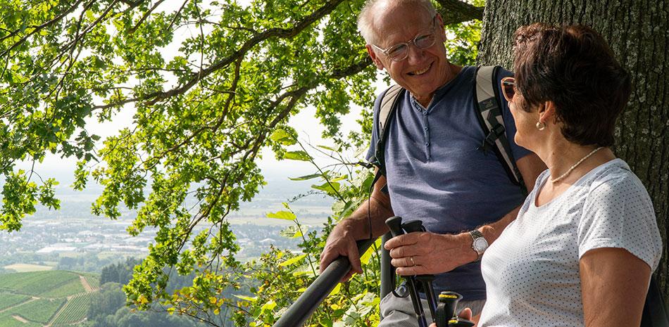 Mann und Frau bei einer Wanderung in der Nähe der Burg Windeck